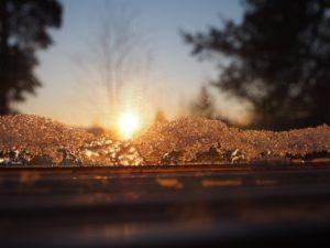 フィンランドの凍った海での夕日